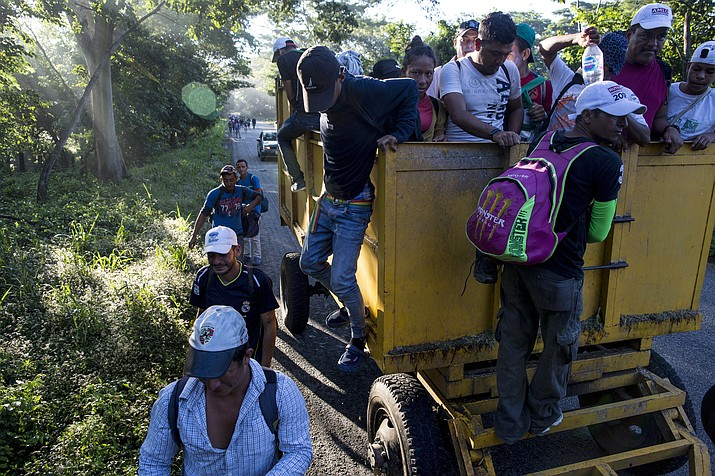 Central American migrants traveling with a caravan to the U.S. make their way to Pijijiapan, Mexico, Thursday, Oct. 25, 2018. The sprawling caravan of migrants hoping to make their way to the United States set off again, forming a column more than a mile long as the group trekked out of the town of Mapastepec in southern Mexico before dawn. (Rodrigo Abd/AP)