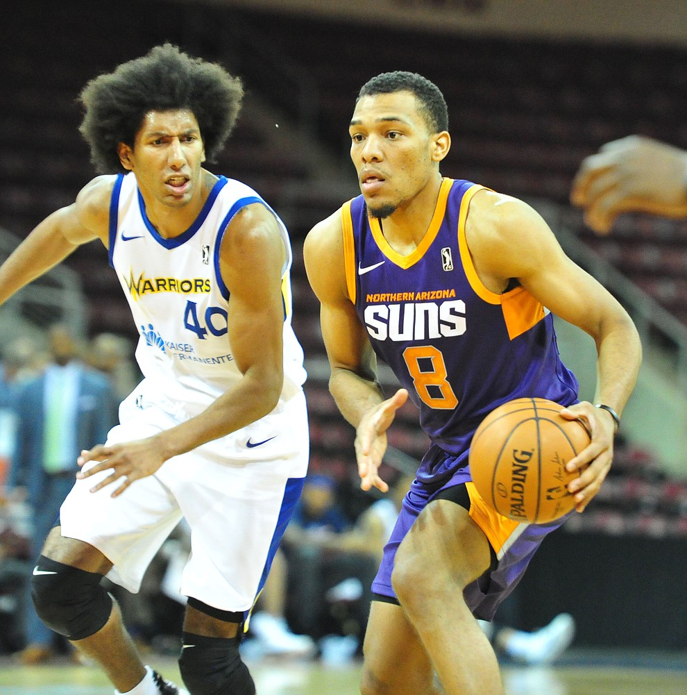 Northern Arizona's George King looks to pass as the Suns play the Santa Cruz Warriors  Tuesday, Nov. 13, 2018 at the Prescott Valley Event Center.  (Les Stukenberg/Courier).