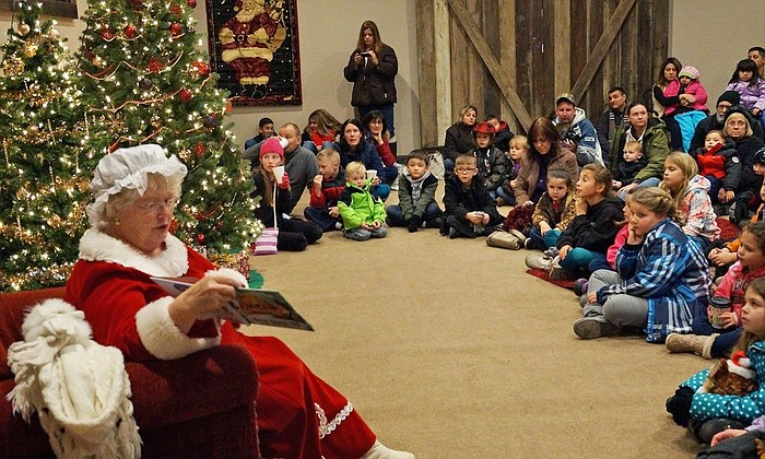 Mrs. claus reads to children at the 2017 Wild Wonderland at Bearizona. (Bearizona/photo)