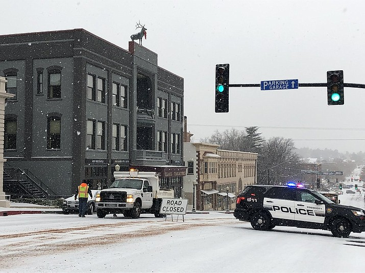 Prescott Police and city workers post road closed signs on Elks Hill in downtown Prescott on Monday, Dec. 31, 2018. (Cindy Barks/Courier)