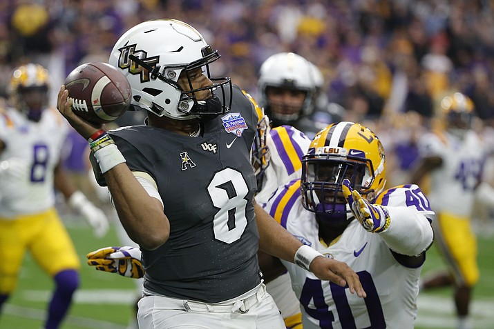 UCF quarterback Darriel Mack Jr. (8) throws the ball away while being pressured by LSU linebacker Devin White (40) in the first half during the Fiesta Bowl NCAA college football game, Tuesday, Jan. 1, 2019, in Glendale. (Rick Scuteri/AP)