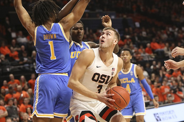 Oregon State's Tres Tinkle looks for a path to the basket past UCLA's Moses Brown during the first half of an NCAA college basketball game in Corvallis, Ore., Sunday, Jan. 13, 2019. (Amanda Loman/AP)
