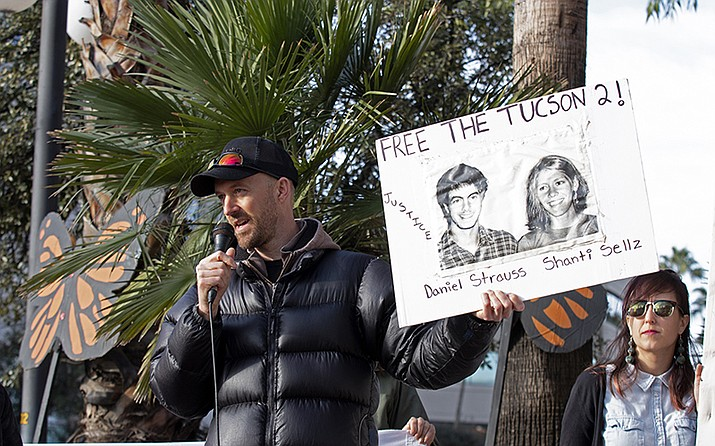 Dan Millis, a No More Deaths volunteer who was convicted of littering in 2008, shares his experiences with protesters outside the Deconcini Federal Courthouse on Tuesday. (Meg Potter/Cronkite News)