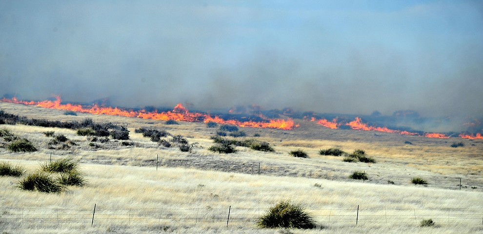 A fast moving wildland fire burns along the north side of Highway 89A between Glassford Hill Road and Granite Dells Parkway Monday Jan. 21, 2019 in Prescott Valley. (Les Stukenberg/Courier).