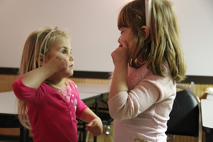 County library offers free ASL class for children | Kingman Daily