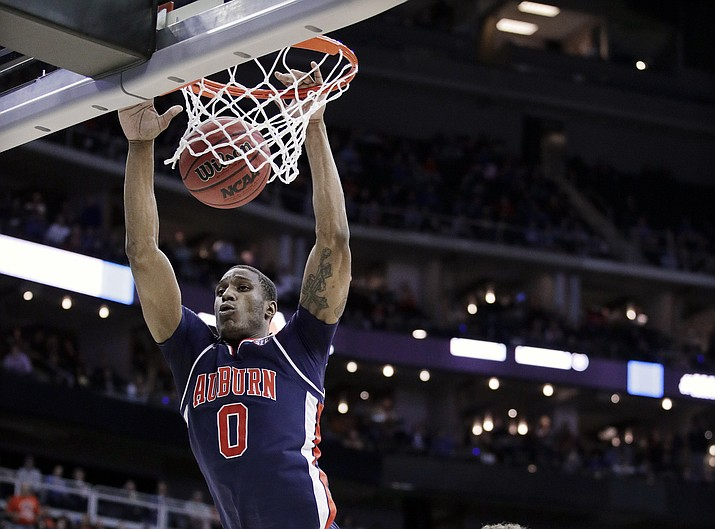 Auburn's Horace Spencer (0) dunks over Kentucky's Reid Travis (22) during the first half of the Midwest Regional final game in the NCAA men's college basketball tournament Sunday, March 31, 2019, in Kansas City, Mo. (Charlie Riedel, AP)