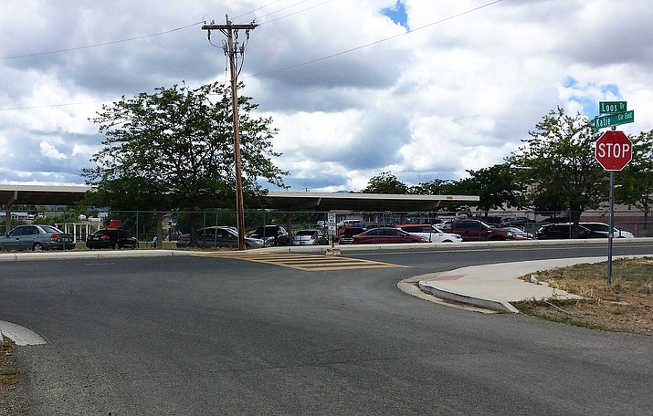 Looking south at Mountain View Elementary School at Katie Circle and Loos Drive, sidewalks in the neighborhoods to the north  are non-existent. (Sue Tone/PNN)