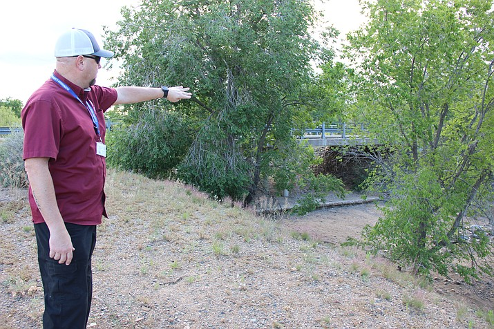 Yavapai County Emergency Manger Ron Sauntman points to Clipper Wash in Prescott Country Club on May 29, 2019. (Max Efrein/PNN)