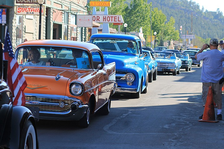 Hundreds of spectators lined the streets to watch participants in the Historic Route 66 Car Show cruise the loop June 7. (Wendy Howell/WGCN)
