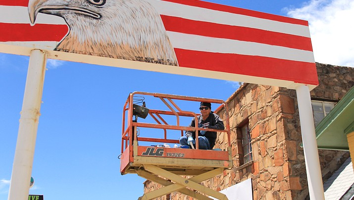 Navajo artist adds a splash of color to Route 66