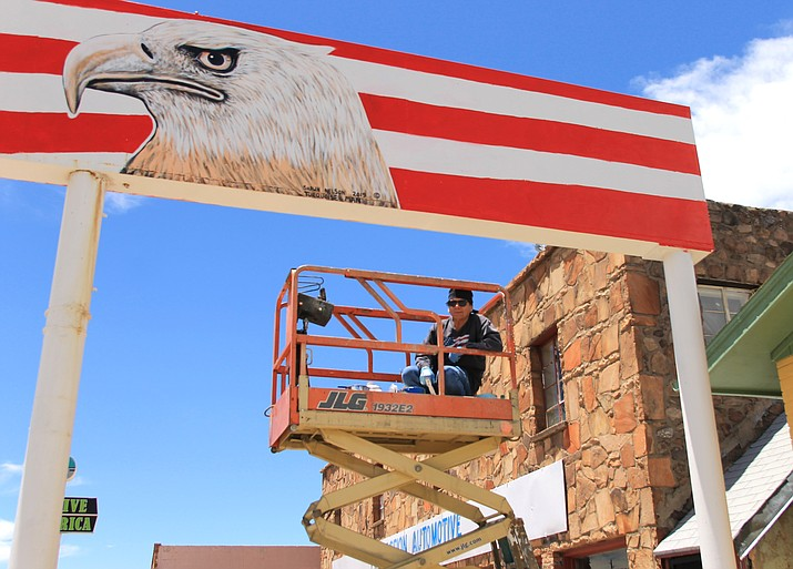 Navajo artist Shawn Nelson works on a sign on East Route 66 in Williams. Nelson's artwork can be seen at several businesses in Williams. (Loretta Yerian/WGCN)