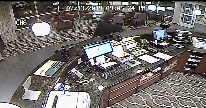 A male suspect points a gun and demands money from a clerk at the Comfort Suites in Prescott Valley Saturday night, July 13. Police are seeking information about the robbery. (PVPD/Courtesy)
