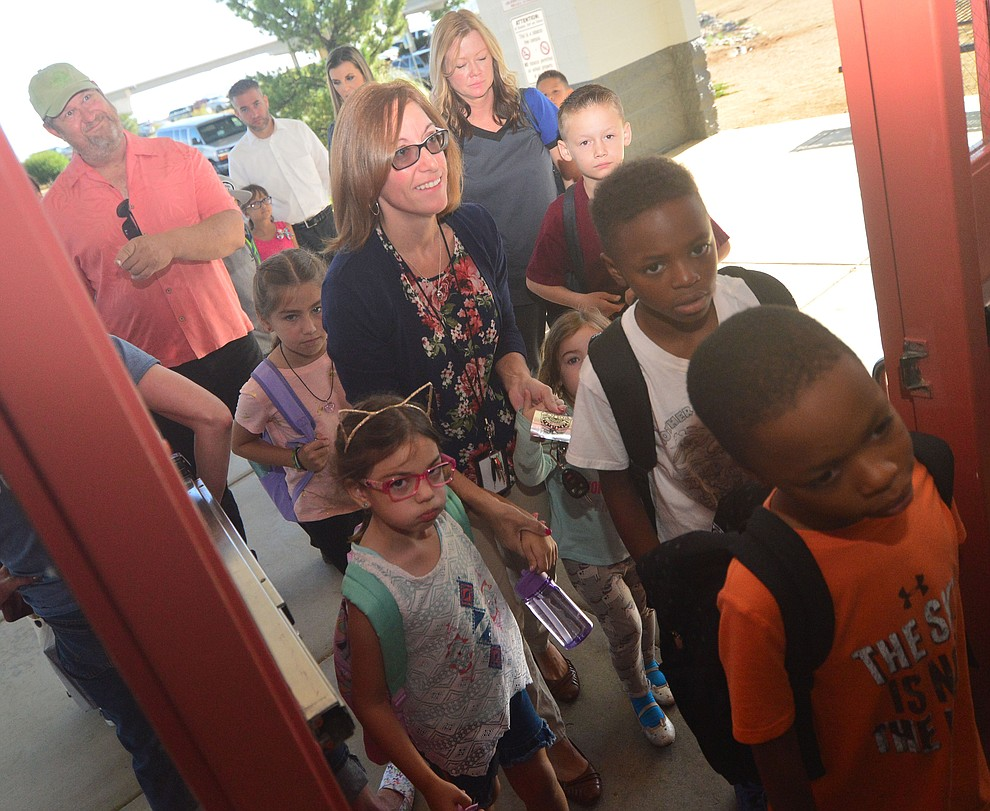 It was a busy morning as students in the Humboldt Unified School District returned to school at Coyote Springs Elementary School Monday, August 5, 2019, in Prescott Valley.  (Les Stukenberg/Courier)