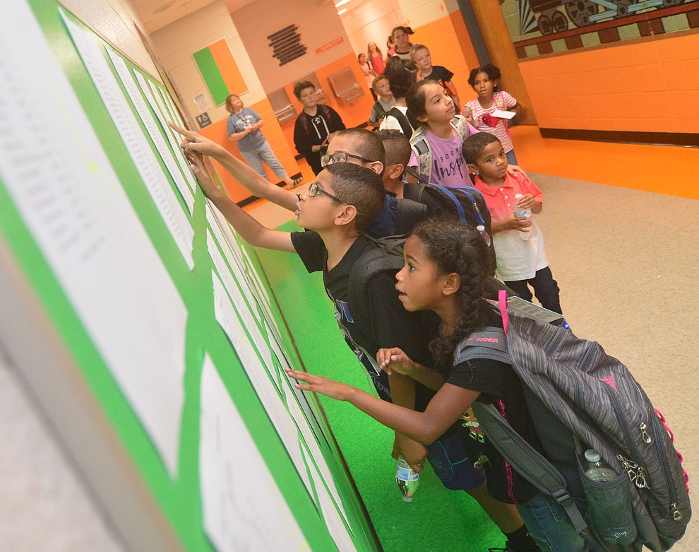 Students look for their classes as the Humboldt Unified School District returned to school at Coyote Springs Elementary School Monday, August 5, 2019, in Prescott Valley.  (Les Stukenberg/Courier)