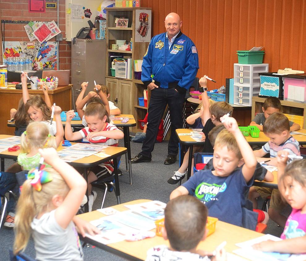 Former astronaut Mark Kelly stops in at a kindergarten classroom as he visits Taylor Hicks Elementary School in Prescott Thursday, Aug. 29, 2019.  (Les Stukenberg/Courier)