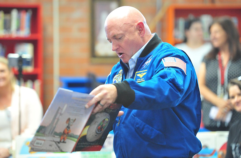 Former astronaut Mark Kelly reads his book Mousetronaut Goes to Mars to second graders as he visits Taylor Hicks Elementary School in Prescott Thursday, Aug. 29, 2019.  (Les Stukenberg/Courier)