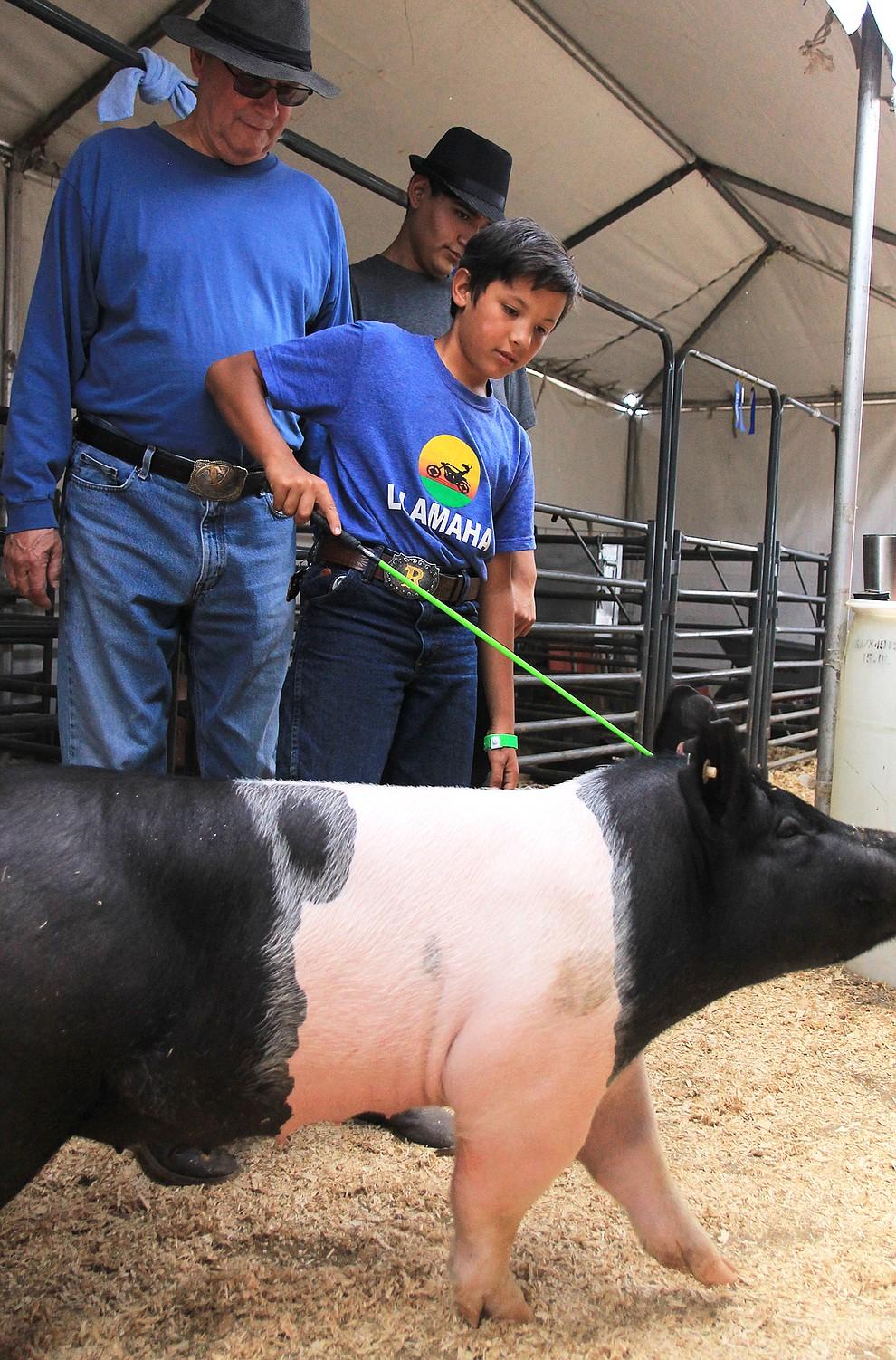 Ricky Gonzalez shows his pig, Suzuki. (Wendy Howell/WGCN)