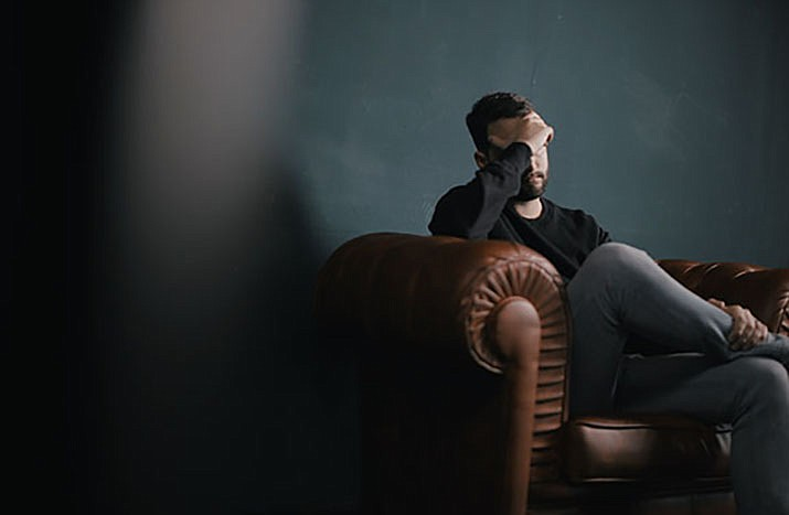 Western Arizona Council of Governments is offering a free eight-hour course for those interested in helping someone who is experiencing mental health issues. (Photo by Nik Shuliahin on Unsplash)