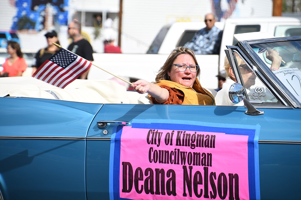 City of Kingman Councilwoman Deana Nelson waving an U.S. flag at the 2019 Andy Devine Days Parade. (Photo by Vanessa Espinoza/Daily Miner)