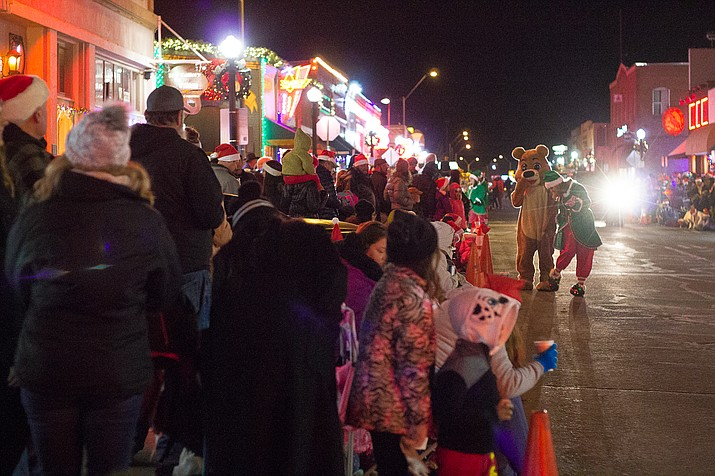 People lined the street in anticipation of the 2018 Christmas parade in Williams. (Wendy Howell/WGCN)