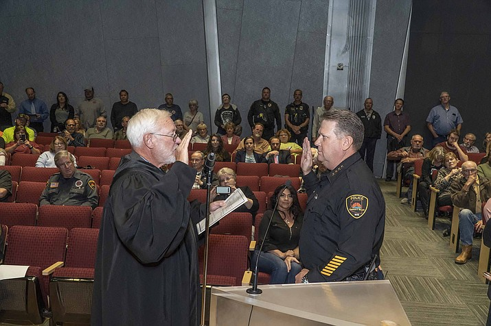 Prescott Valley Magistrate Judge Keith Carson swears in new Prescott Valley Police Chief Steven Roser during the Thursday, Nov. 7, Town Council meeting. (Chris Kissling/Courtesy)