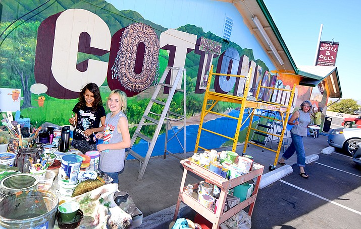 Community artist volunteers joined forces in October for the Verde Lea Market mural project. VVN/Vyto Starinskas