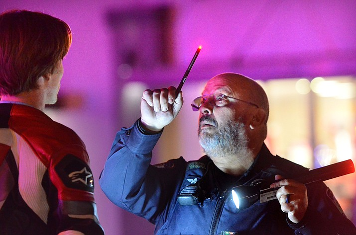 Cottonwood Police officer Roger Scarim tests a person during an exam on Friday night. VVN/Vyto Starinskas