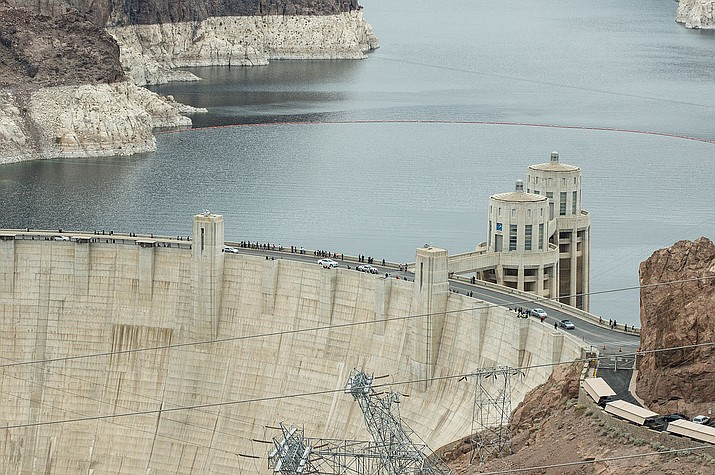 The water level in Lake Mead continues to drop. Hoover Dam is shown above. (Photo by Adam Kliczek, cc-by-sa-3.0, https://bit.ly/3hyL2wS)