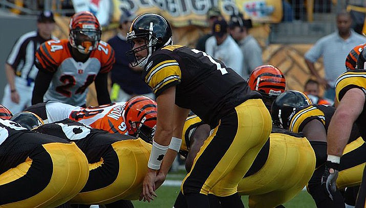 Ben Roethlisberger tossed a pair of touchdown passes as the Pittsburgh Steelers beat the Tennessee Titans 27-24 in a battle of unbeaten teams on Sunday, Oct. 25. (Photo by SteelCityHobbies, cc-by=sa=2.0, https://bit.ly/37jQ5Q2)