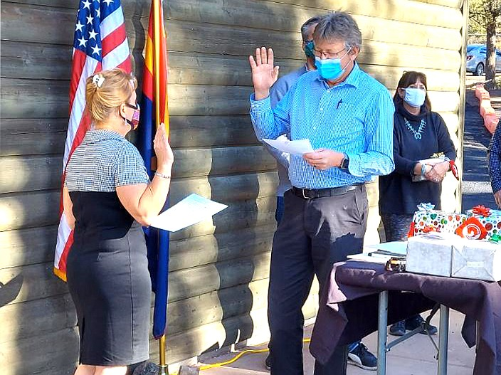 Outgoing Tusayan Mayor Craig Sanderson administers the oath to incoming mayor Clarinda Vail Dec. 9 at the Tusayan Town Hall. (Photo/Town of Tusayan)