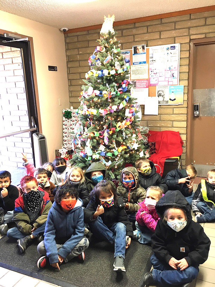 Mrs. Mann's kindergarten class help decorate the Williams Police Department Christmas tree that is set up in the lobby at the police station. (Photo/Williams Unified School District)