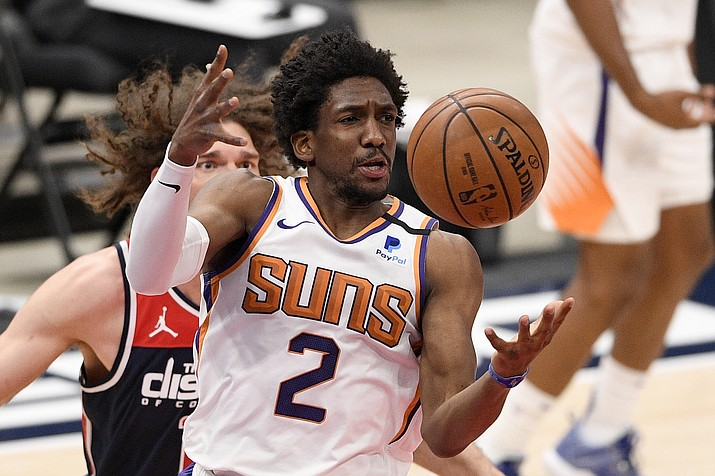 Phoenix Suns guard Langston Galloway (2) reaches for the ball in front of Washington Wizards center Robin Lopez, back, during the first half of an NBA basketball game, Monday, Jan. 11, 2021, in Washington. (Nick Wass/AP)