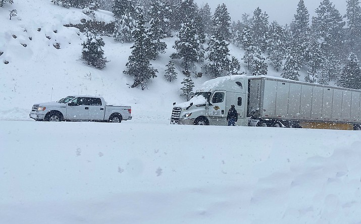 A Williams police officer assists a driver stuck on the eastbound lane of Route 66 in Williams Jan. 26. (Wendy Howell/WGCN)
