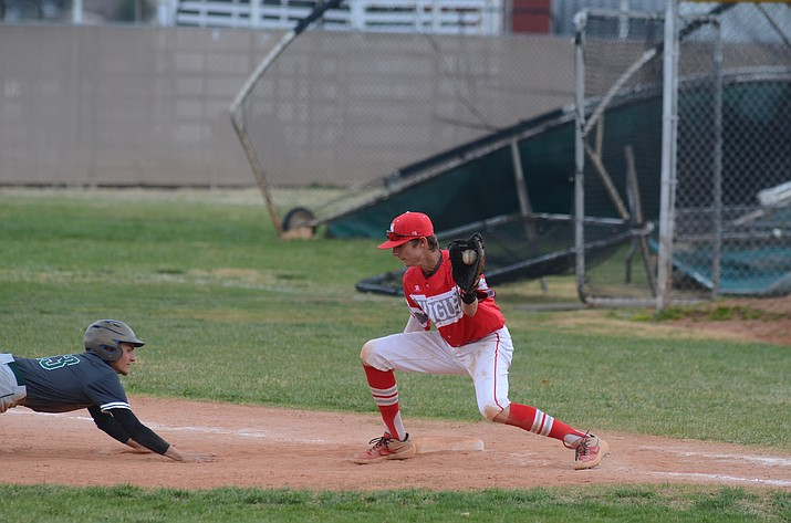 A Mingus Union first baseman executes a pickoff attempt on a baserunner earlier this season. The Marauders wrap up the 2021 season by hosting Prescott at 3:45 p.m. Wednesday. VVN photo/Vyto Starinskas