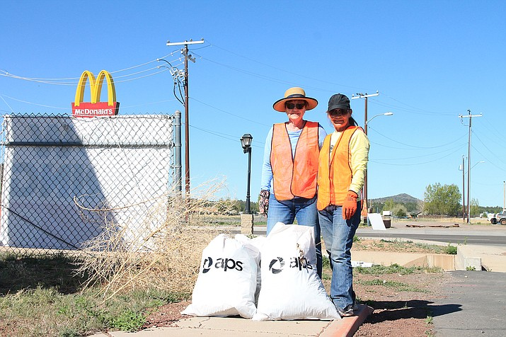 Community members Cookie Dent and Lauren Evans pick up trash along Grand Canyon Boulevard May 13 as part of the Community Clean-up event. (Loretta McKenney/WGCN)