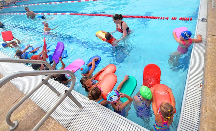 The Cottonwood Clippers started their practices at the Parks and Recreation outdoor pool on Tuesday. Here, the C Team works with coaches on Wednesday in front of parents. VVN/Vyto Starinskas