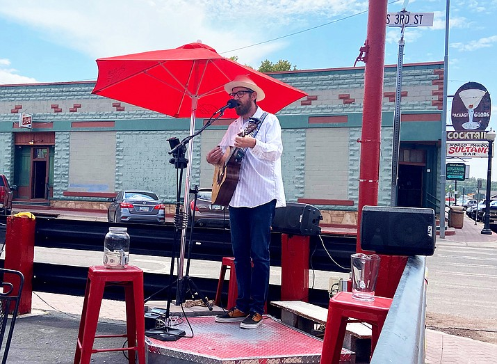 Local musician Rick Remender keeps customers entertained at Cruisers Restaurant Aug. 11. (Wendy Howell/WGCN)