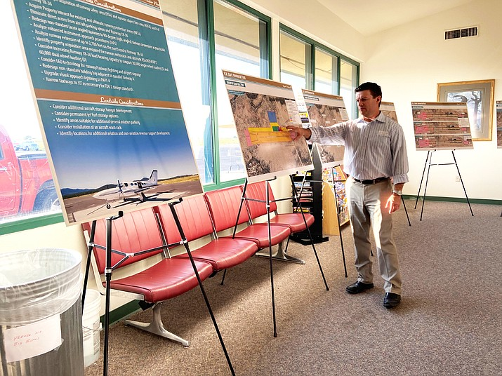 Airport Consultant Matt Quick with Coffman Associates explains the airport master plan process at a public information meeting Aug. 5. (Wendy Howell/WGCN)