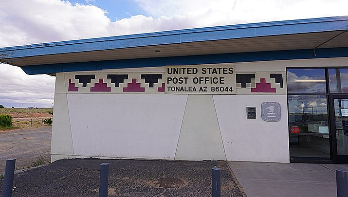 The tiny Navajo Nation village of Tonalea will be receiving electricity uner a project announced last week. The Tonalea Post Office is shown.  (Photo by Steven Baltakatei Sandoval, cc-by-sa-4.0, https://bit.ly/3jWtOhr)