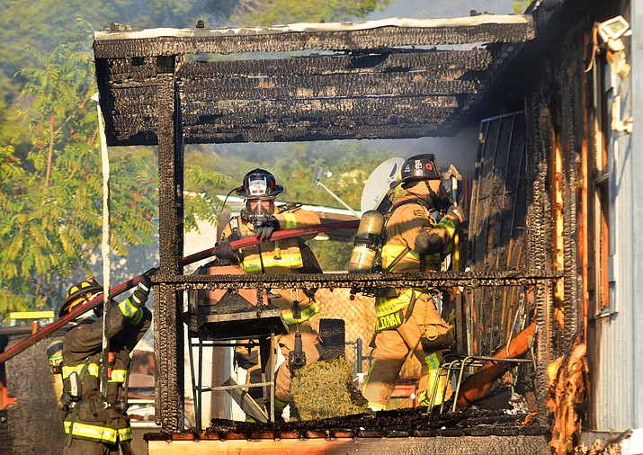 The Verde Valley District and Cottonwood Fire departments responded to a mobile home fire on Calle Tomallo in Clarkdale early Friday, Sept. 10, 2021.  (Vyto Starinskas/Independent).