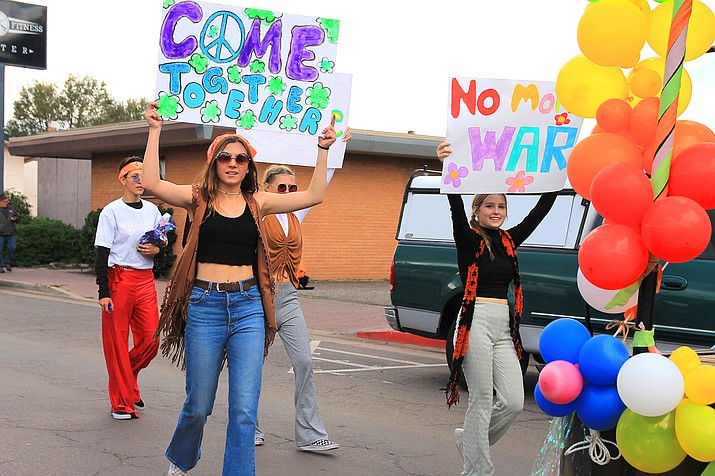 Riley McNelly and Brianna Baldosky represent the junior class in the Williams High School Homecoming parade. (Wendy Howell/WGCN)